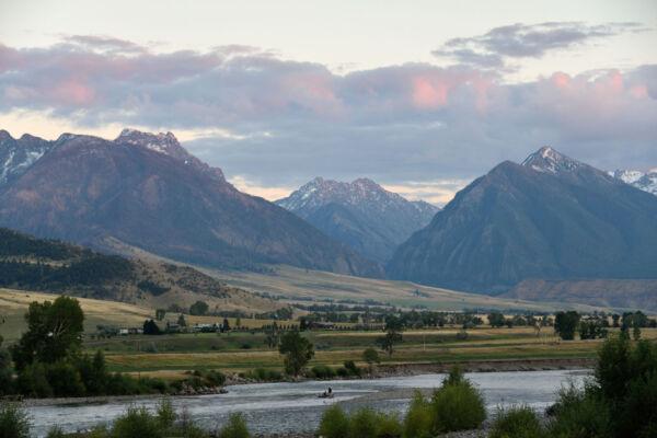 Der Yellowstone River südlich der Stadt Livingston im Bundesstaat Montana. Im Hintergrund die Berge der Absaroka Range, die zu den Rocky Mountains gehören.